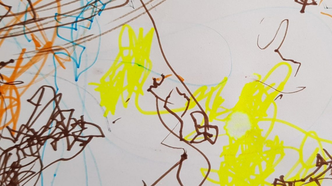 Kleuren op een blanco papier in plaats van op een kleurplaat.