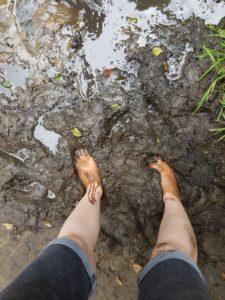 blote voetenpad voeten in de modder